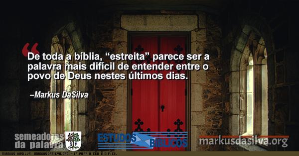 Porta de uma igreja antiga com texto sobre o artigo: Ir Para o Céu é Difícil - Por Markus DaSilva - Entrai Pela Porta Estreita