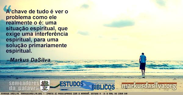 Homen andando na praia contemplando as ondas do mar com texto (Parte 2) Preocupando Com o Amanhã. Estudo Nº 2: O Mal de Cada Dia [Com Áudio]