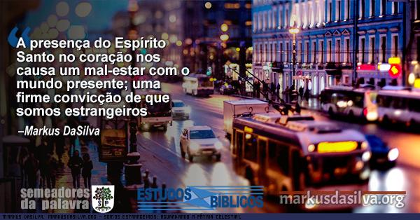 Foto de uma cidade grande a noite com texto Somos Estrangeiros: Aguardando a Pátria Celestial [Com Áudio]