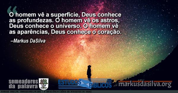 Homen admirando um ceu estrelado com Estudo Bíblico - A ONISCIÊNCIA (SÉRIE OS ATRIBUTOS DE DEUS) Por Markus DaSilva