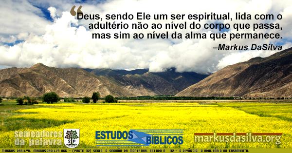 O Sermão da Montanha. Altas montanhas cercada por núvens e penhascos e longo pasto verde claro.