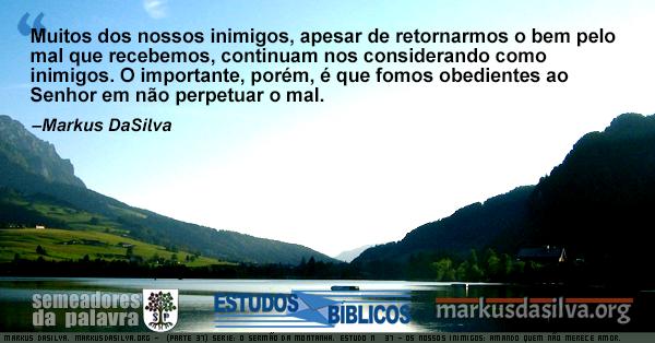 Fazenda à beira de um rio com altas montanhas dos dois lados. Texto sobre o Sermão do Monte.