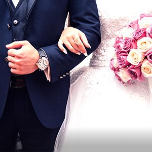 Noivo e noiva durante um casamento com um bouquet de flores. O que a bíblia diz sobre o divorcio?