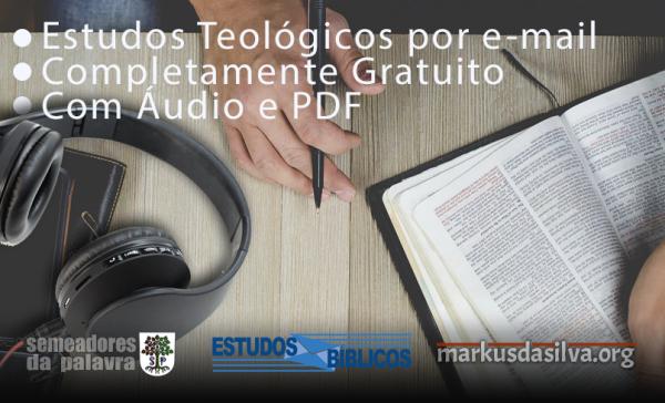 Homem com caneta e Bíblia na mesa fazendo um estudo bíblico