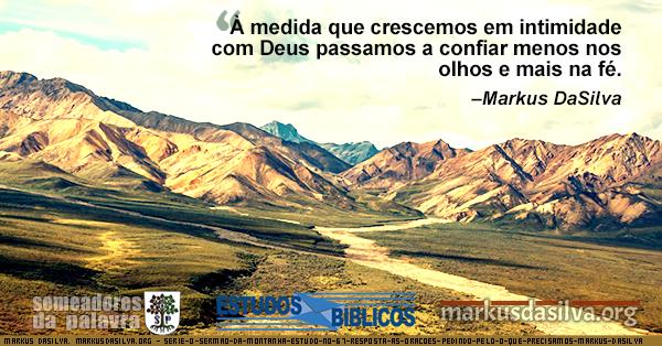 Imagem de montanhas douradas com uma estrada sumindo no horizonte, ilustrando o texto sobre o sermão do monte