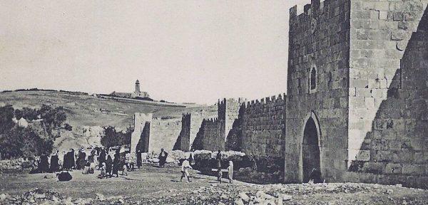 Portão de Herodes. Uma das portas largas mencionadas por Jesus no Sermão da Montanha.