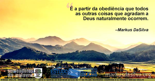 Paisagem amarelada com casas e pinhos à distância e montanhas ao fundo. O Semrão da Montanha.